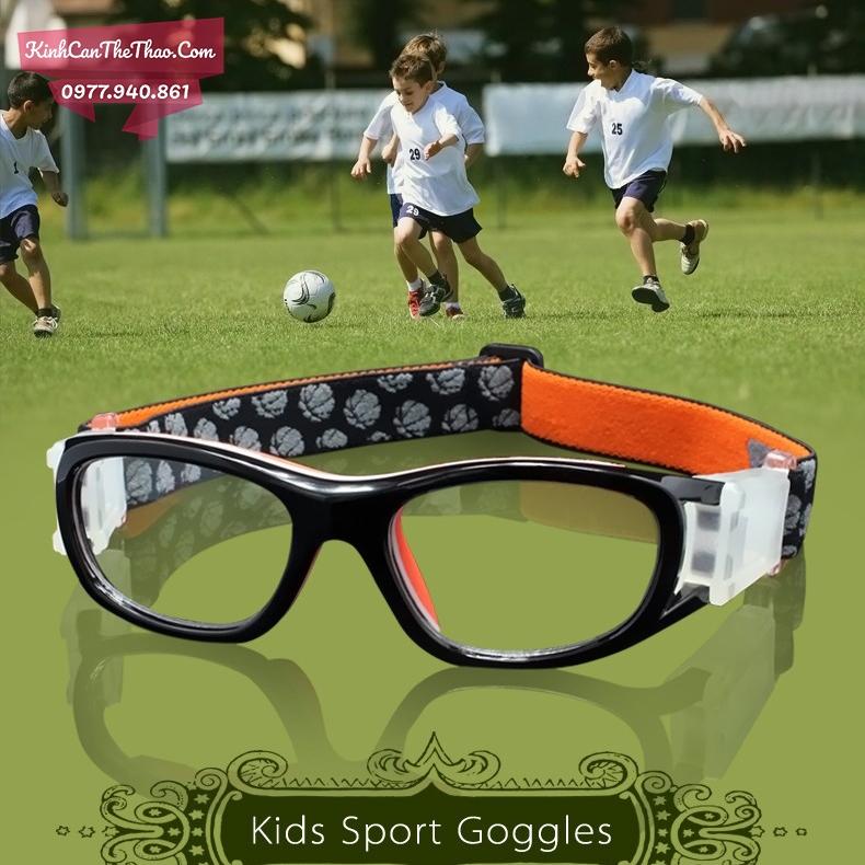 kính cận trẻ em chơi bóng đá
